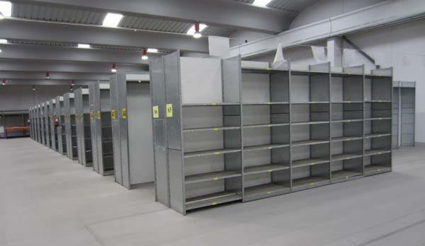 Estantería galvanizada con separadores formando pasillos